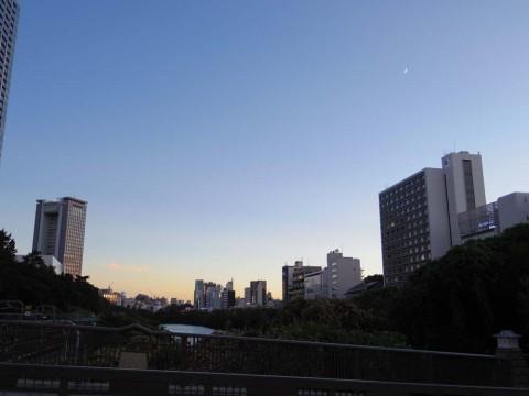 飯田橋の夕暮れと月